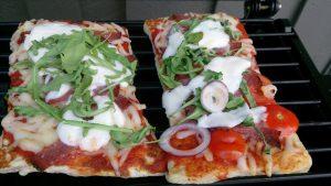 Lunch en varm dag, pizza på grillen