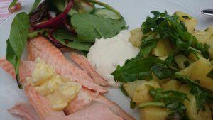 Midsommarfisk med örtrik potatissallad