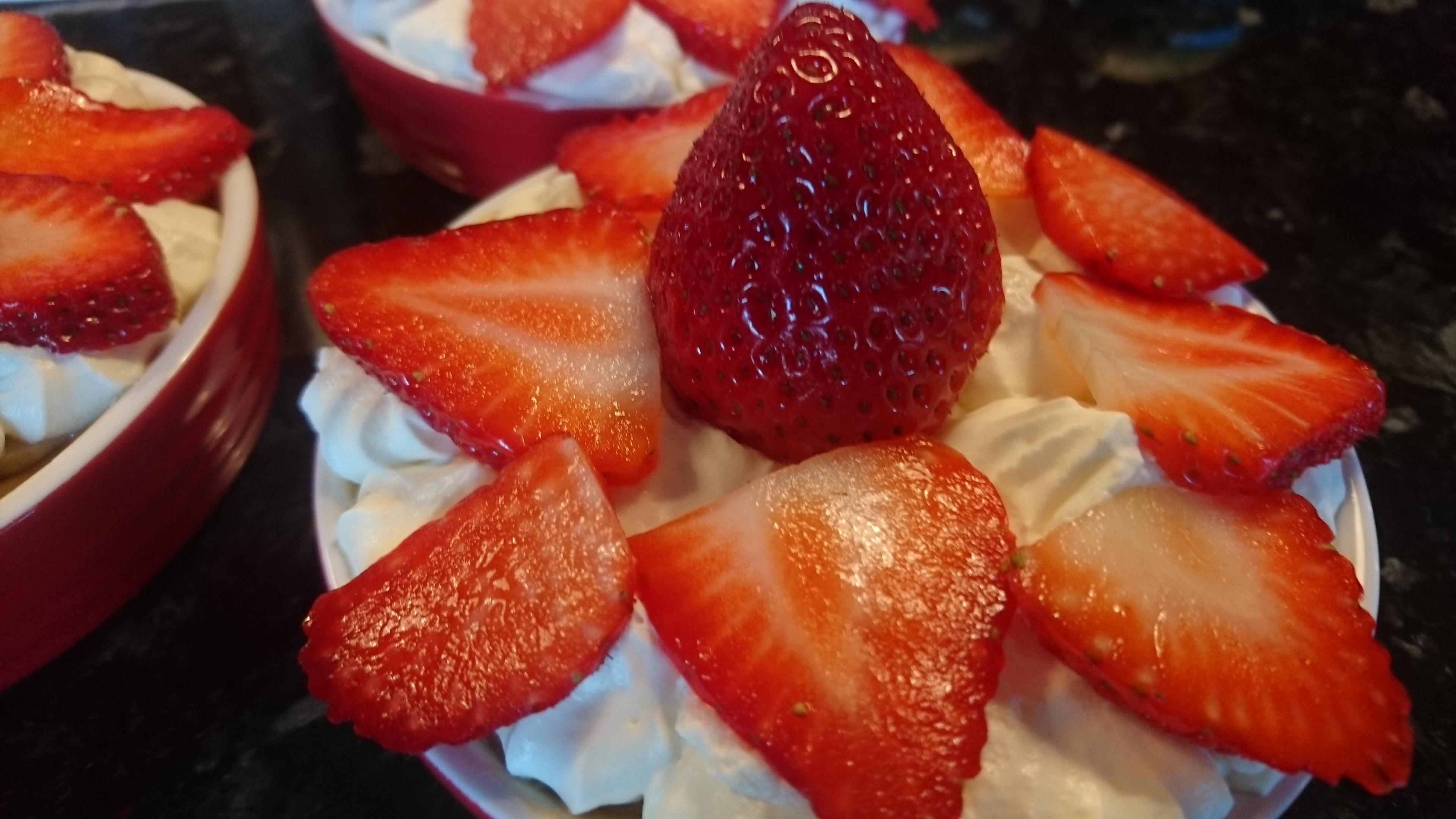 Banoffeepaj med banan och jordgubbar