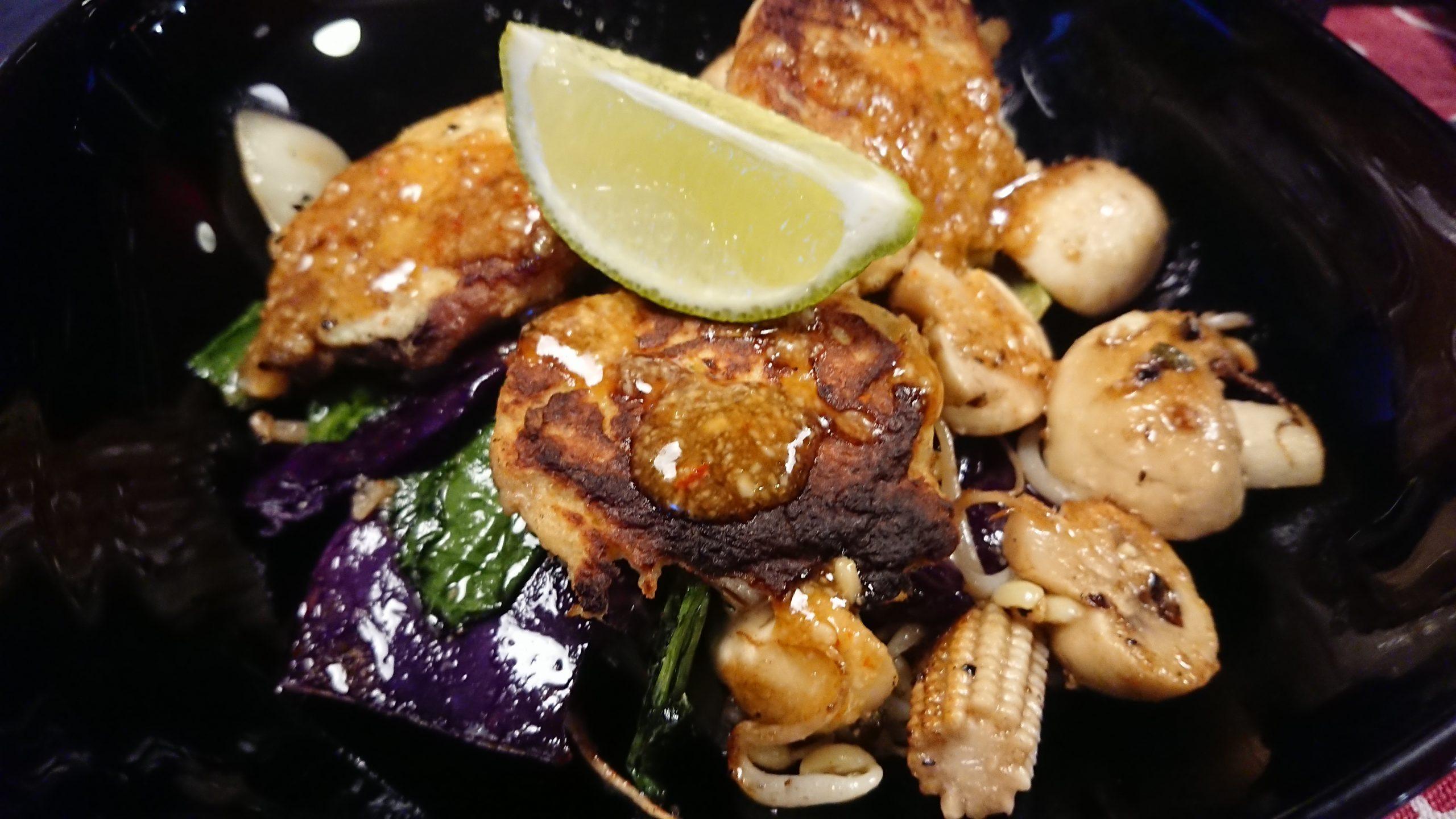 Tonfiskkakor och stekta grönsaker
